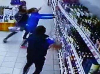 В Сети набирает популярность видео, как на работника супермаркета рухнула витрина с алкоголем