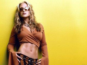 Певица Анастейша последовала примеру Джоли и удалила себе обе груди