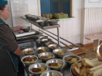 В Перми 125 детей отравились в школьной столовой