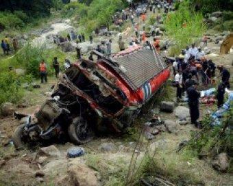 В Таиланде автобус с паломниками рухнул в пропасть: 21 погибший