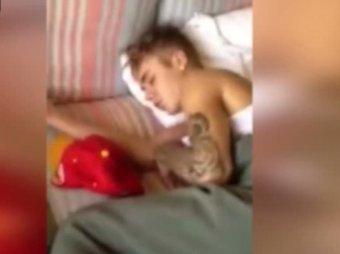 В Бразилии Джастина Бибера сняли спящим после посещения борделя