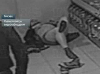 На видео попало, как сын правозащитницы Романовой стащил бутылку водки и разделся в магазине