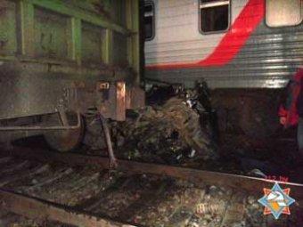 В Белоруссии автомобиль зажало между двумя поездами: три человека погибли