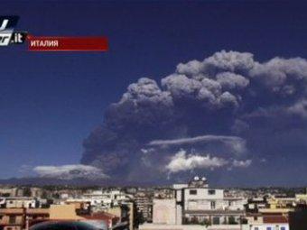 На Сицилии вулкан Этна засыпал пеплом окрестные города