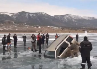 Рыбаки вытащили джип, провалившийся под лед Байкала, без всякой спецтехники