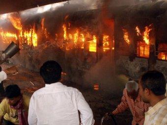 В Индии загорелся поезд: не менее 23 погибших