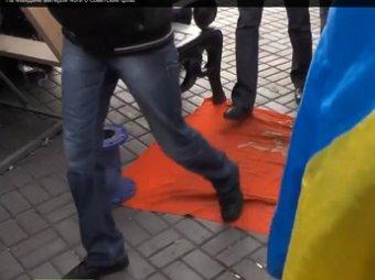 О флаг СССР евромайдановцы вытерли ноги