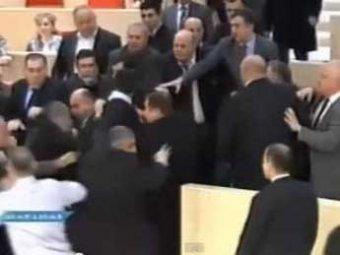 В парламенте Грузии депутаты подрались из-за Евромайдана, драка попала на видео