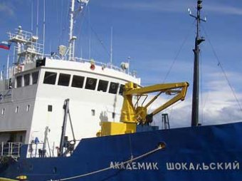 В Антарктике во льдах застряло российское судно с туристами