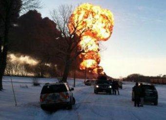 В США столкнулись составы с зерном и нефтью: страшный пожар напомнил ядерный взрыв