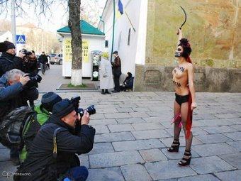 Активистка Femen обнажилась у Киевской лавры, протестуя против диктатуры Януковича