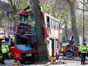ДТП в Лондоне: двухэтажный автобус врезался в дерево, ранены 32 человека