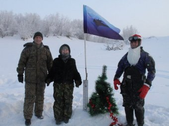 Водолазы в Якутии поставили ёлку на дно реки Лены при морозе в -45