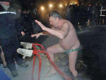 На Крещение в прорубь окунулись Жириновский, Астахов и десантники
