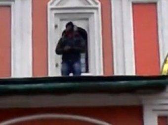 Беженец из Гвинеи восхвалил Аллаха с крыши храма на Красной площади
