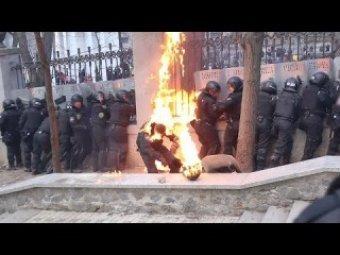 """В Сети появилось шокирующее видео, как митингующие жгут бойцов """"Беркута"""" коктейлями """"Молотова"""""""