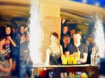 Бармен в московском клубе поджег девушку во время трюка с коктейлем