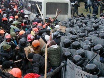 Новые массовые беспорядки в Киеве: 70 силовиков ранены