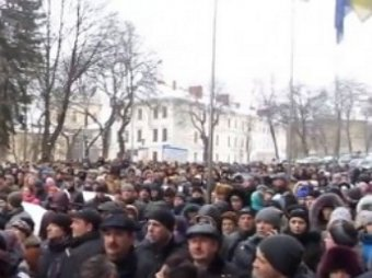 СМИ: Многотысячная толпа захватила областную администрацию во Львове