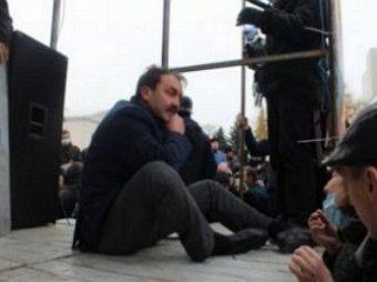 После публичного издевательства и избиения радикалами, губернатор Волыни заточен в подвале