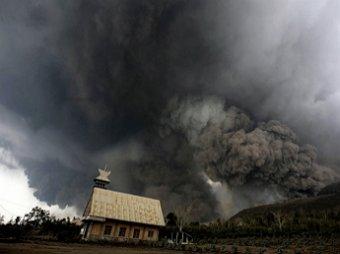Из-за извержения вулкана в Индонезии погибло 16 человек