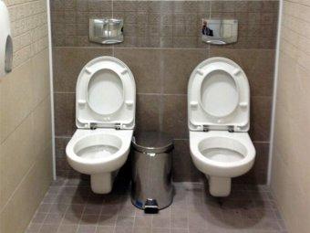 """Спортсмены в Сочи устроили флешмоб в """"двойном"""" туалете"""