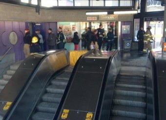 На эскалаторе метро Монреаля женщину задушило собственным шарфом