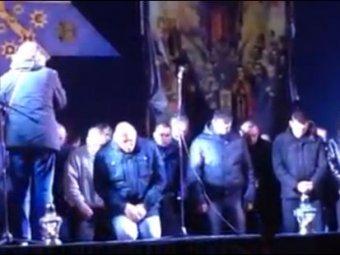 """Во Львове бойцов """"Беркута"""" на коленях заставили просить прощения"""