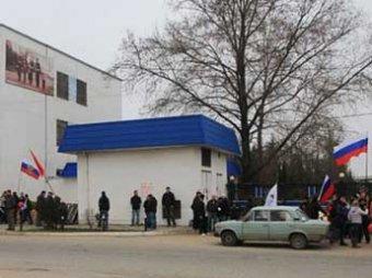Cевастопольцы взяли штурмом штаб ВМС Украины (ВИДЕО)