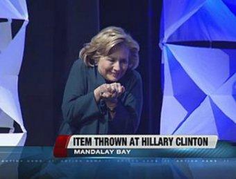 В Хиллари Клинтон бросили ботинок во время ее лекции в Лас-Вегасе