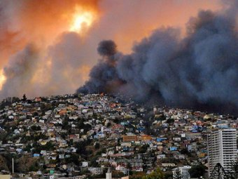 Гигантский пожар в чилийском Вальпараисо уничтожил 500 домов