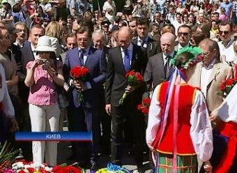 Яценюка и Турчинова освистали у Вечного Огня на День Победы в Киеве