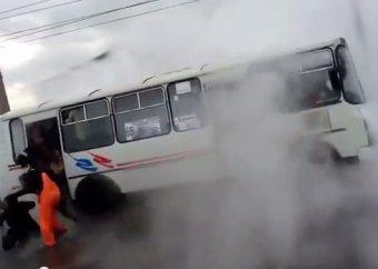Пассажирский автобус наехал на люк с кипятком в Красноярске: 12 пострадавших