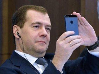 СМИ: Медведев не собирается отказываться от iPhone и своих министров