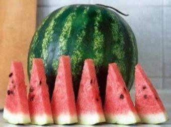 Медики рассказали, почему так необходимо летом есть арбузы