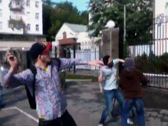 Новости Украины сегодня, 14 июня: в Киеве забросали камнями здание российского посольства. Снят флаг РФ (ВИДЕО)