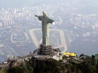 Блогер сделал селфи на вершине статуи Христа в Рио