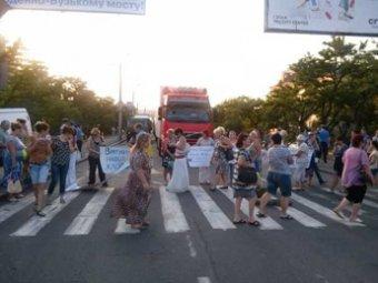 Матери и жены украинских десантников перекрыли международную трассу в Николаеве
