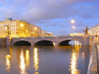 Мужчина проплыл по реке Фонтанке с табличкой «Путин вечен»