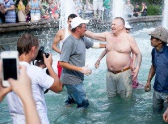 Жириновский искупался в фонтане в Москве