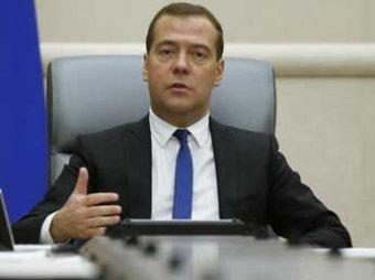Медведев решил не отменять пенсии работающим пенсионерам