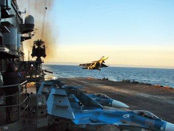 СМИ назвали тренировочный маневр Су-33 у авианосца «неудачной посадкой»
