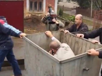 """Новости Украины 1 октября 2014: """"Народная люстрация"""" на Украине: в мусорный бак засунули главврача госпиталя ветеранов войны"""