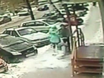 В Кирове глыба упала на коляску с ребенком (ВИДЕО)