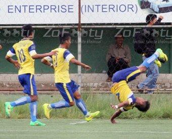 Индийский футболист погиб, неудачно исполнив сальто на поле
