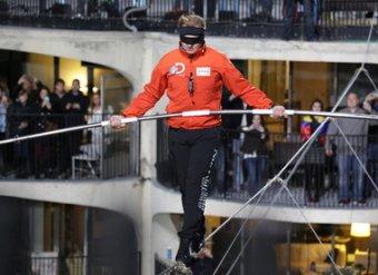 Канатоходец из США без страховки прошел между небоскребами