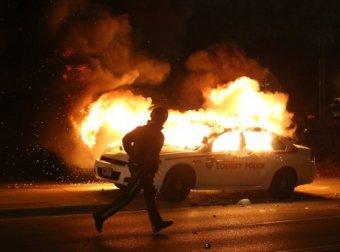 Решение суда в Фергюсоне вызвало массовые беспорядки: толпа грабит и поджигает магазины