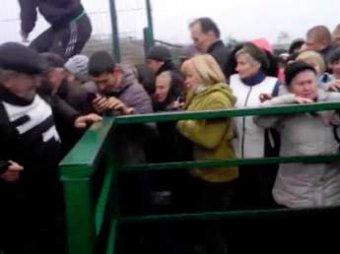 Украинцы устроили страшную давку на границе с Польшей и едва не растоптали женщину