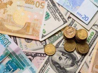 На фоне падения цен на нефть доллар превысил 54 рубля, евро – 67