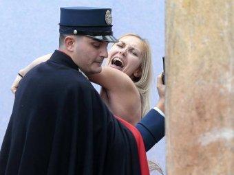 Голая активистка Femen бегала в Ватикане с куклой Христа